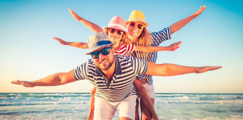 Familia con ropa casual de playa